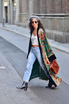 Sumi kimono robe silk robe vintage Hermes belt Banana Republic straight leg denim curly hair style in milano how to wear a beret with curly hair Look Kimono, Kimono Outfit, Kimono Fashion, Kimono Style, Abaya Style, Fashion Mode, Look Fashion, Fashion Outfits, Fashion Trends