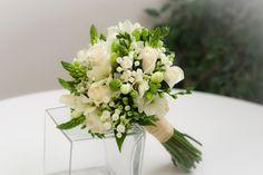 Ramo de novia blanco - rosas akito, fressia blanca, ornitogalum, flor de cera blanca, bouvardia blanca y decorado con hypericum verde, verdes africanos y hojas de gala y de salal - white bridal bouquet - white wedding bouquet