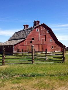 America's rural scene is enlivened by the presence of bright red barns. But where, when and why did this phenomenon of barn painting begin? Country Barns, Country Living, Country Life, Country Roads, Country Charm, Pictures Of America, Barn Pictures, Farm Barn, Country Scenes