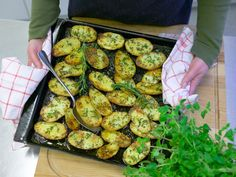 Rosmarinkartoffeln vom Blech – so geht's Rosemary potatoes from the tin – this is how it's done step by step Veggie Recipes, Snack Recipes, Cooking Recipes, Healthy Recipes, Snacks, Rosemary Potatoes, Love Food, Food Inspiration, Clean Eating