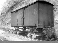 Smalsporet godsvogn litra G nr. 2632 på transportboggier på Havnebanen ved Akershuskaien @ DigitaltMuseum.no
