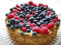 må ha mat!: Nøttekake med vaniljekrem og bær
