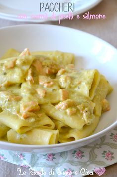 Paccheri con crema di piselli e salmone | Le Ricette di Simo e Cicci Best Pasta Recipes, Wine Recipes, Cooking Recipes, Healthy Recipes, Salmon Pasta, Pasta Dishes, Food Inspiration, Italian Recipes, Love Food
