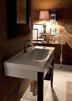 Série BENTLEY Vás zaujme kontrastem dvou materiálů - keramiky a dřeva. Italský designér Marc Sadler dokázal propojit kontrast studené bílé keramiky s teplem dřeva v barevném podání hemlock a frassino scuro. Každý z nabízených artiklů série BENTLEY doplňují dřevěné nohy, což obzvláště zaujme na WC míse nebo vaně. Vychutnejte si rafinovanou propracovanost propojení keramických a dřevěných prvků.