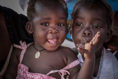 Δύο κοριτσάκια στην κλινική των Γιατρών Χωρίς Σύνορα στον προσφυγικό καταυλισμό Παλορίνγια στην Ουγκάντα. Αυτή τη φωτογραφία διαλέξαμε για την ΕΛΠΙΔΑ. Δείτε το αφιέρωμα #12συναισθήματα για τη χρονιά που φεύγει: msf.gr/magazine/photo… Your Story, Told You So, Feelings, Doctors, Children, World, Separate, Young Children, Boys