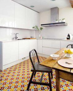 carreaux de ciment en couleurs vives pour la cuisine blanche