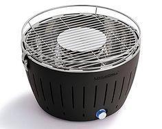 Produktbeschreibung Lotus GrillDer Lotus Tischgrill ist nicht nur hervorragend für den Esstisch auf der Terrasse, er eignet sich auch ideal als Campinggrill, Balkongrill oder Bootsgrill. Der Lotus Grill arbeitet mit einem Ventilator, über den Sie stufenlos die Luftzufuhr zur Kohle und damit auch die Temperatur regeln können. Die Kohle selbst sitzt in deinem Behälter unter …