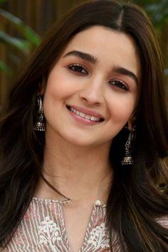 Alia Bhatt very cute smiling face new HD mobile wallpaper Alia Bhatt very cute s. - My Best Makeup List Beautiful Bollywood Actress, Beautiful Indian Actress, Bollywood Style, Beautiful Women, Alia Bhatt Varun Dhawan, Alia Bhatt Photoshoot, Aalia Bhatt, Alia Bhatt Cute, Alia And Varun