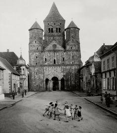 Robert Doisneau, Ronde d'enfants devant l'abbatiale de Marmoutier, 1945 #photography