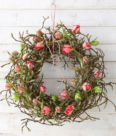 Door wreath of tulips - frost to bloom: Place the tulips stems into small test tubes. These are then firmly anchored in the magnolia wreath.