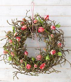 Tulpen-Deko tulpen in reageerbuisjes op een magnoliakrans vastgemaakt