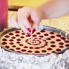 Değişik ve harika bir pasta süsleme yöntemi öğrenmek ister misiniz? Bu süsleme yöntemi ile pastanızın albenisi ikiye katlanacak :)