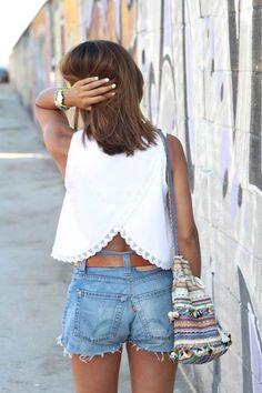 Short en jean et top blanc ouvert dans le dos très tendance