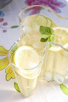 Raikas sitruunainen limoncello-booli sopii kesäisiin juhliin alkudrinkiksi. Smoothie Drinks, Smoothies, Vegan Party Food, Sangria Wine, Just Eat It, Limoncello, Cocktail Drinks, Cocktails, Wine Recipes