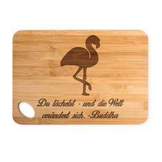 Bambus - Schneidebrett Flamingo aus Bambus   Natur - Das Original von Mr. & Mrs. Panda.  Ein wunderschönes Holz-Schneidebrett von Mr.&Mrs. Panda aus wunderschönem Bambusholz. Die Maße des Produktes sind 22 cm x 14 cm. Unten links befindet sich ein formschönes ovales Loch an dem das Brett getragen oder aufgehängt werden kann.    Über unser Motiv Flamingo  Flamingos gehören zu den schönsten Vögeln im Tierreich und ähneln pinkfarbenen Störchen.Der Flamingo kommt in Süd-, Mittel- und Nordamerika…