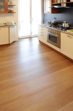 Risultati immagini per parquet rovere naturale Kitchen Island, Kitchen Cabinets, Hardwood Floors, Flooring, Diy And Crafts, Home Decor, Trendy Tree, Parquetry, Island Kitchen