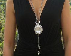 Plata collar lariat, collar largo declaración, collar de cuero, colgante, collar, regalo para ella, cualquier collar de ocasión, piedra envuelto.