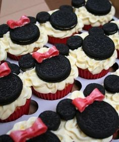 I'm planning on making these for Ella's party! They seem easy enough! :D lol Minnie Mouse Cupcakes Minnie Mouse Cupcakes Cupcakes Oreo, Mickey Mouse Cupcakes, Cupcake Cakes, Cup Cakes, Party Cupcakes, Birthday Cupcakes, Cupcake Ideas, Minnie Birthday, Oreo Cookies