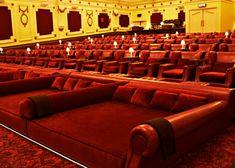 Electric Cinema, em Notting Hill, em Londres. Eletric Cinema (Londres) foi o pioneiro em colocar camas no lugar das poltronas. A ideia surgiu em 2011, quando o cinema completou 100 anos. Hoje é ponto obrigatório de turistas e casais que não abrem mão do luxo e do conforto.