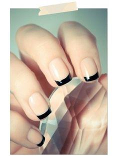 Si te gustan los tonos neutrales para tus uñas y quieres darle un toque de elegancia, aqui puedes ver como un estilo francés negro hace el milagro <3.