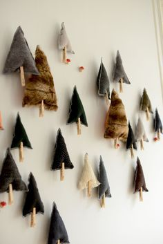 Adventkalender cute contemporary minimal modern scandi chic style hanging tree decorations , great way to decorate wall space and add fetsive charm in small space living , flat easy christmas make from old jumpers and lolly sticks Noel Christmas, Homemade Christmas, All Things Christmas, Winter Christmas, Christmas Ornaments, Fabric Christmas Trees, Xmas Tree, Diy Advent Calendar, Navidad Diy