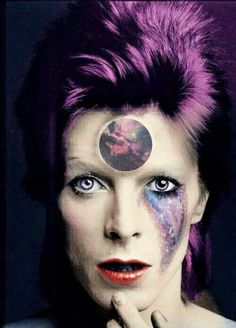 It's not Bowie but I love the look Queen David Bowie, David Bowie Art, Glam Rock, David Bowie Labyrinth, Ziggy Played Guitar, The Thin White Duke, Ziggy Stardust, David Jones, Pop Surrealism