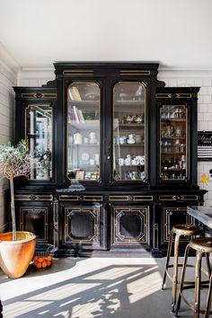 Put away your kitchen with antique furniture - Côté Maison Black Feature Wall, Design My Kitchen, White Kitchen Decor, Tv Wall Design, European Home Decor, Wooden Decor, Home Decor Furniture, Antique Furniture, Apartment Interior