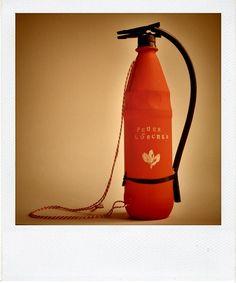 Da+Lasse+grad+ständig+Feuerwehrmann+spielt+und+mit+Gießkannen,+Bananen+oder+aber+meiner+Zahnbürste+gefährliche+Feuer+in+unserer+Wohnung+löscht,+haben+wir+ratz+fatz+gemeinsam+einen+Feuerlöscher+aus+einer+Flasche+gebastelt.+Ging+ganz+leicht.+Und