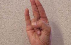 4. Шунья-мудра Медитация со скрещенными таким образом пальцами помогает избавиться от боли и снимает усталость. Лучше всего выполнять эту мудру после тяжелого рабочего дня. 5. Варуна-мудра Выполняй эту мудру, чтобы улучшить баланс жидкости в организме. Также Варуна-мудра помогает справиться с гормональными расстройствами. Поделись с друзьями этой полезной статьей!  Источник