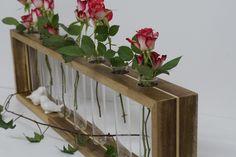 Wunderschöne Holzvase mit 7 Reagenzgläsern (20x3 cm) für Schnittblumen.  Größe  Länge:  80 cm Höhe:   20 cm Breite 7,5 cm  Holzvase und Reagenzgläser sind im Lieferumfang enthalten.