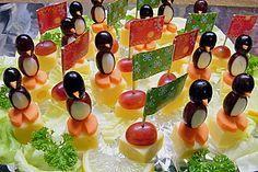 Kleine Pinguine mit Traubenfrack und Karottenfüßchen (Rezept mit Bild)   Chefkoch.de