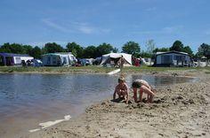 Kamperen aan de rand van de recreatieplas. Camping, Outdoor Camping, Campers, Tent Camping, Rv Camping, Campsite