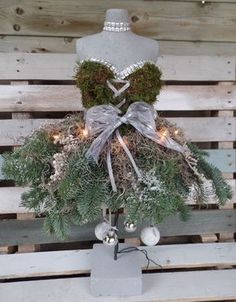 borststuk ! groen met kerst Dress Form Christmas Tree, Christmas Flowers, Christmas Mood, Christmas Fashion, Christmas Wreaths, Christmas Crafts, Christmas Decorations, Xmas, Christmas Ornaments
