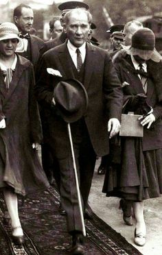Atatürk, with modern Turkish girls. Ottoman Turks, Turkish Army, The Legend Of Heroes, The Turk, Great Leaders, Ottoman Empire, Historical Pictures, The Republic, Aesthetic Photo
