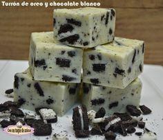 Turrón de chocolate blanco y oreo: 125 g leche condensada/80 g leche evaporada, 350 g chocolate blanco, una pizca de sal, galletas oreo al gusto