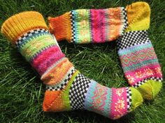 Colorful socks knitted in fair isle patterns wool polyacryl Loom Knitting Patterns, Knitting Stitches, Knitting Socks, Free Knitting, Stitch Patterns, Knitting Tutorials, Knit Socks, Outfit Des Tages, Fair Isle Pattern