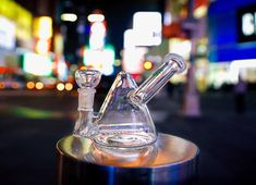This dope rig by Hemper features a pyramid shaped chamber and a long inline perc with multi-slits. The joint is female and a male bowl is included. The sidecar mouthpiece design prevents splashback. This piece is great for both tobacco and concentrates!