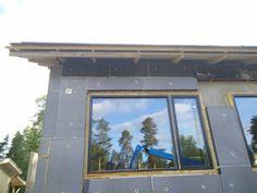 Pitkästä aikaa ulkokuoren kimpussa. Ikkunan reunaan asti on seinä lopullisessa eristevahvuudessa. Yläreunassa tummempi levy on 100mm EPS