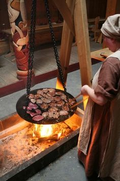 I really want a cooking set up like this. Fire bans create a challenge though. Nice cooking pan - Stiklestadir 2010 (Viking Average) Would love to add this over our fire pit. Casa Viking, Viking Camp, Viking Food, Viking House, Viking Life, Iron Age, Larp, Viking Culture, Old Norse