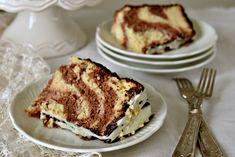 Chiffon Cake marmorizzataè un dolce bicolore, un incontro tra vaniglia e cacao che danno vita ad una ciambella alta e soffice, perfetta da gustare a colazione oppure a merenda.