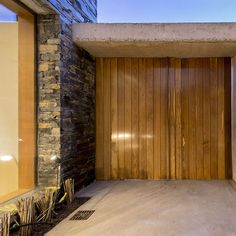 DETALLES - MATIAS GOYENECHEA Arquitectos Garage Doors, Construction, Interior Design, Outdoor Decor, Home Decor, Home Architecture, Wooden Gates, Modern Houses, Diner Decor