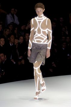 retroreflecterende folie in kleding - Alexander McQueen Fall 2004 Smart Textiles, E Textiles, Alexander Mcqueen, Future Fashion, World Of Fashion, Paris Fashion, Creations, Runway, Style Inspiration