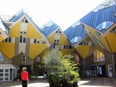 """Casas cubo ( Holandês : Kubuswoningen ) são um conjunto de casas inovadoras construídas em Rotterdam e Helmond na Holanda , projetadas pelo arquiteto Piet Blom e com base no conceito de """"viver como um telhado urbano"""": a habitação de alta densidade com espaço suficiente no nível do chão.  http://sergiozeiger.tumblr.com/post/88309193708/casas-cubo-holandes-kubuswoningen-sao-um"""
