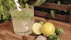 Foodfanatic laver frisk og lækker hjemmelavet lemonade på lime og danskvand. Forfriskende læskedrik med bobler til de lune sommerdage. Få opskriften her.