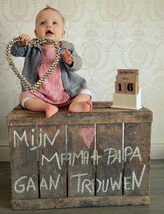 Trouwuitnodiging met baby Facebook: fotografie Imke