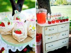 @cristiane devincenzi Olha essa idéia!!! Achei bonitinha! Menos o bolo gigante da Moranguinho! hahahaha