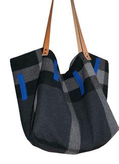 cabas en laine avec une touche de bleu. http://www.alittlemarket.com/boutique/yza_dora-280357.html