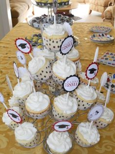 Ideas for my daughter's graduation from Pre-prep! Now to find the cutter. Cupcake Party, Cupcake Cakes, Cupcake Ideas, No Cook Desserts, Cookie Desserts, Graduation Cupcakes, Graduation Ideas, Chocolate Chip Recipes, Chocolate Chips