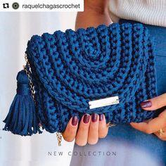 No photo description available. Crochet Clutch, Crochet Handbags, Crochet Purses, Crochet Crafts, Crochet Projects, Free Crochet, Knit Crochet, Crochet Stitches, Crochet Patterns