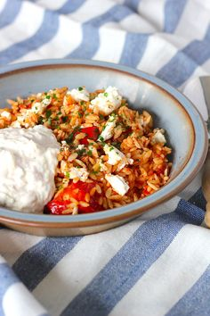 orzo with chicken, feta and tzatziki - ENJOY! The Good Life . -Greek orzo with chicken, feta and tzatziki - ENJOY! The Good Life . - The Salad Chop Bowl is the perfect way to save money. Healthy Eating Tips, Healthy Nutrition, Healthy Snacks, Healthy Recipes, Tzatziki, I Love Food, Good Food, Yummy Food, Feta